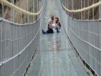 الصين تفتتح أطول جسر زجاجي معلق بالعالم